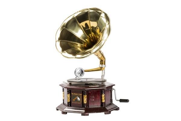 Grammofono con decorazioni di ottone