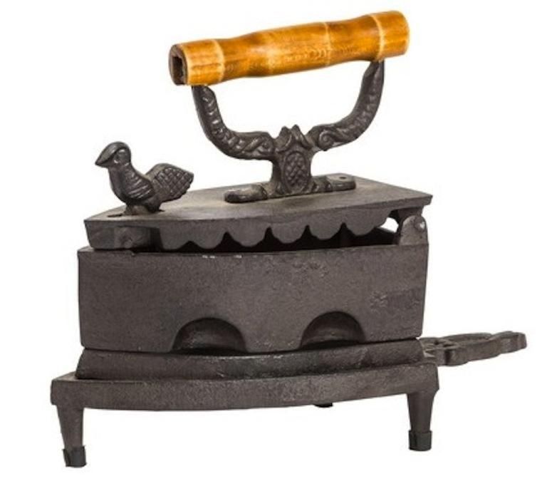 Riproduzione Antico ferro da stiro in ghisa manico legno