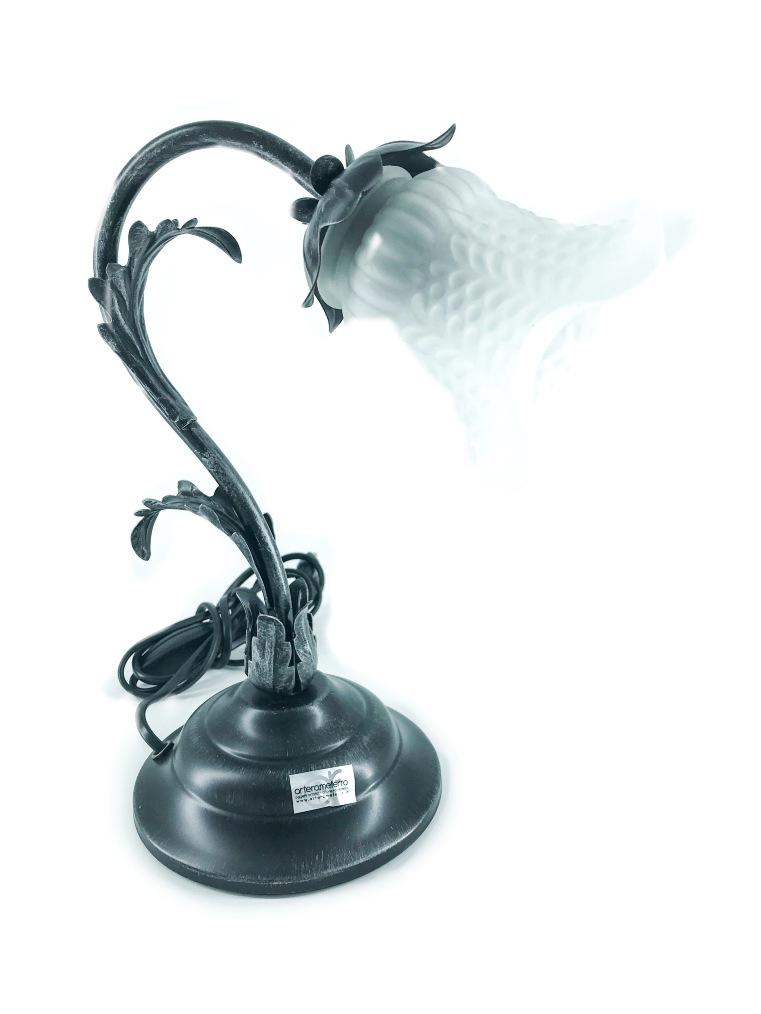 Lampada da tavolo in ferro nero foglia acanto