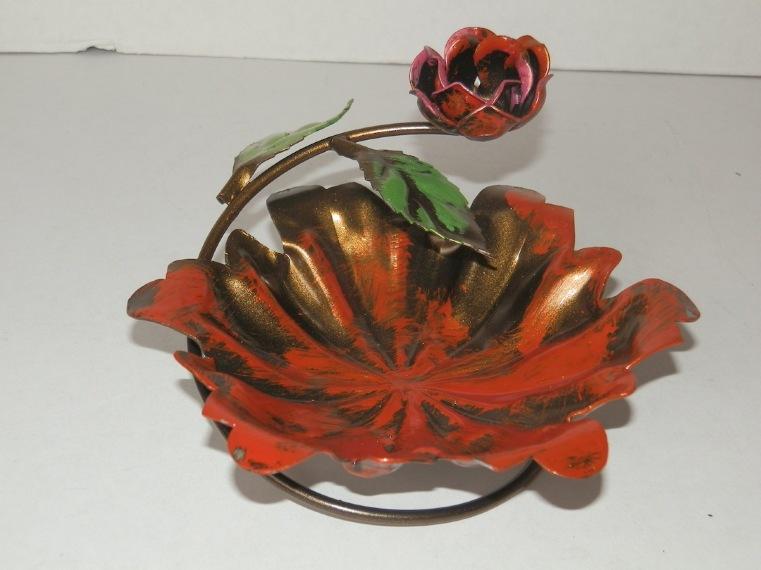 Posacenere da tavolo in ferro colorato con rosa diametro 15 cm