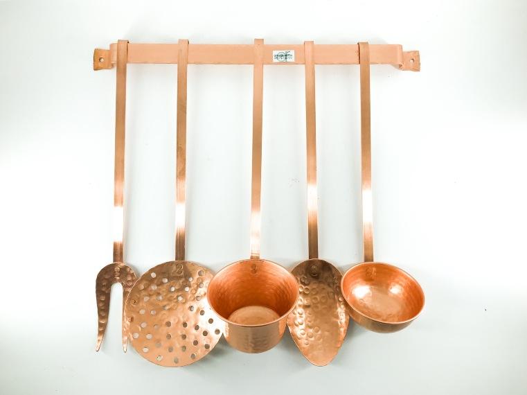 Set cinque mestoli da cucina in rame con reggimestoli